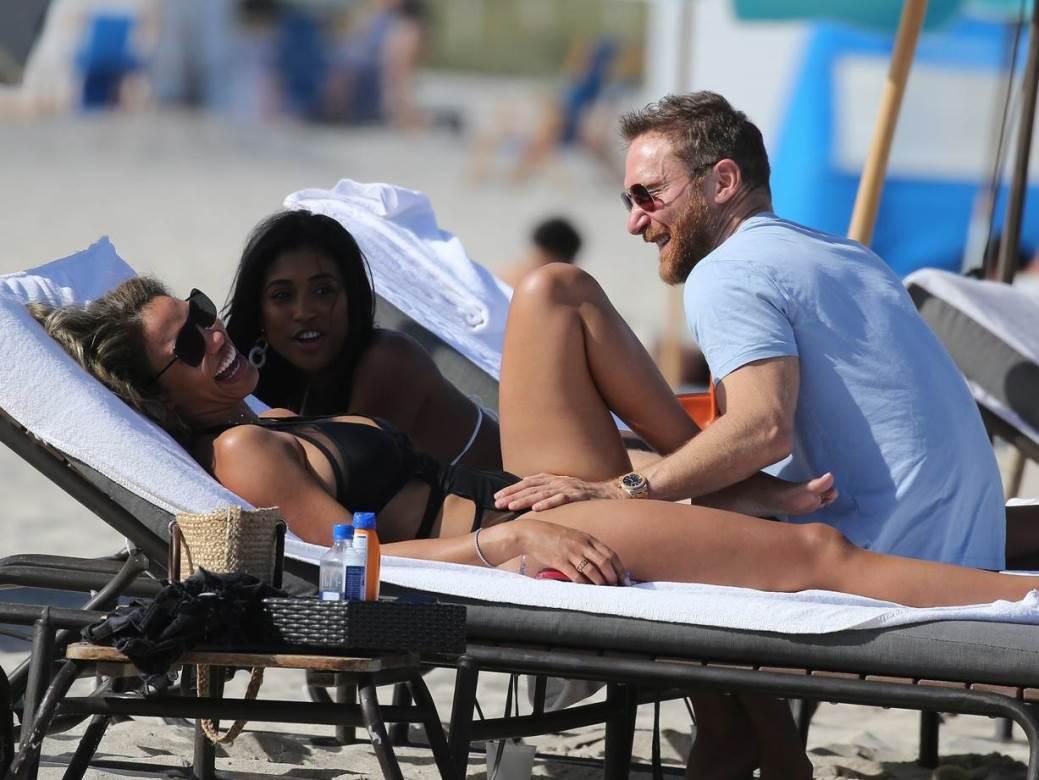 Guetta na plazi sa curom