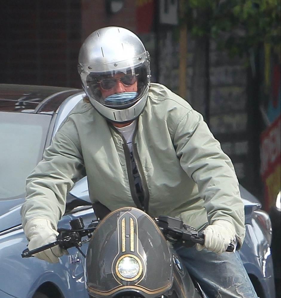 Brad je u lipnju na motoru stigao u posjet Angelini i djeci u njihovoj vili