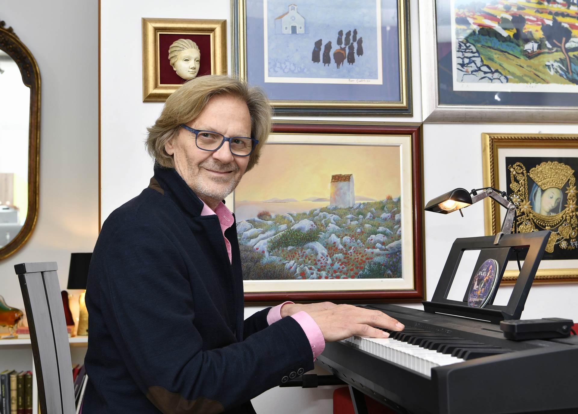 Tedi Spalato za klavirom