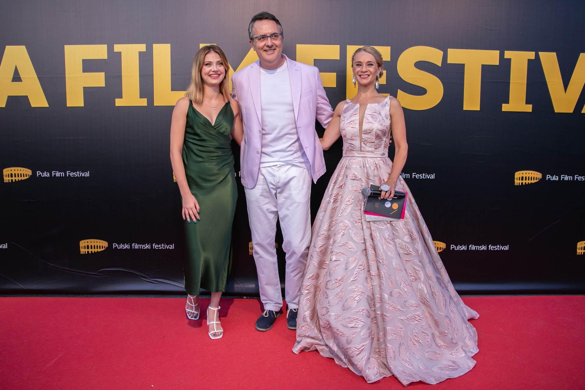 Mia Negovetić, Tarik Filipović i Jelena Vitasović koja je bila voditeljica Festivala i koja je zablistala u haljini s potpisom domaćeg dizajnerskog brenda TARA Fashion