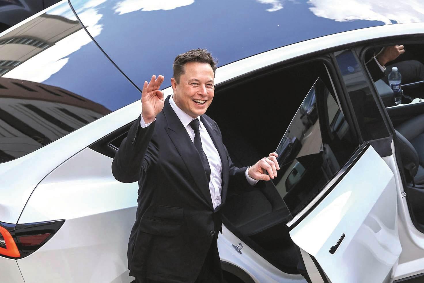 Elon Musk mase ispred auta
