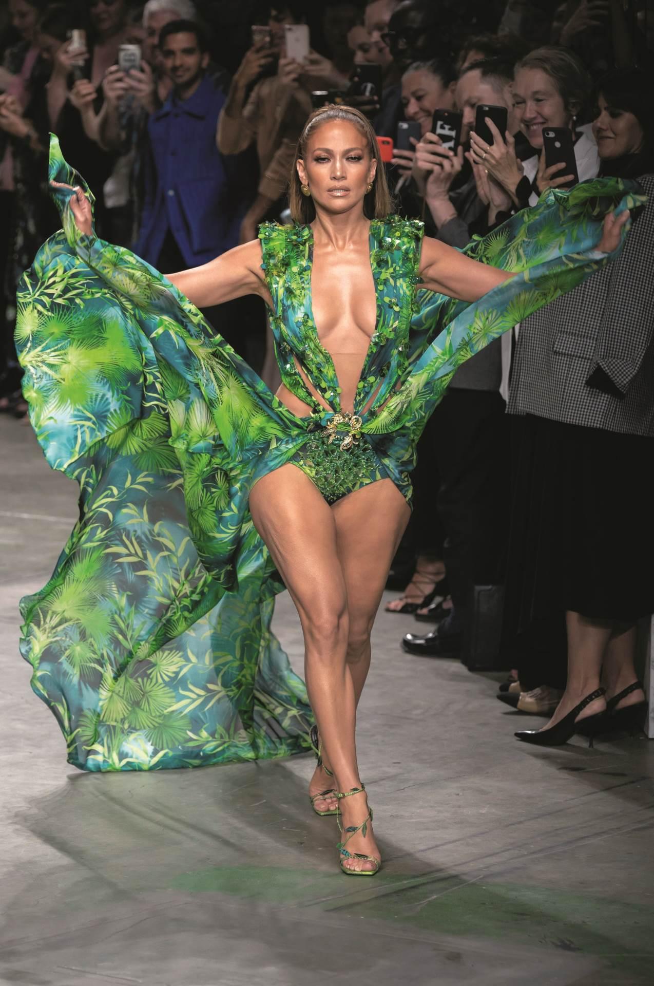 JLo u Versace haljini