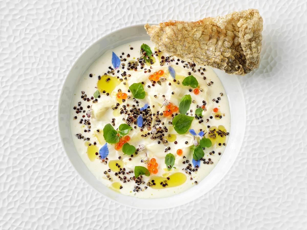 Bijele šparoge, pjena od brancina, crna quinoa, ikra od pastrve, maslinovo ulje