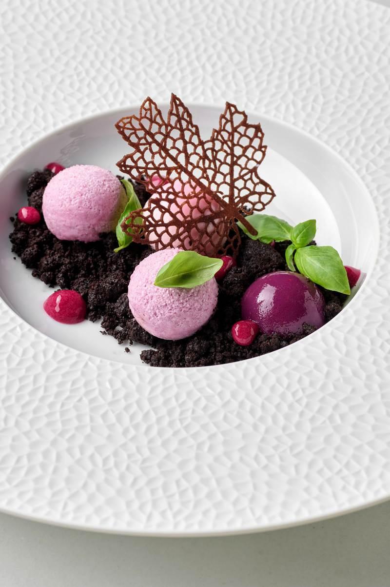 Mousse od grožđa, panna cotta od ružine vodice, žele od tamnog grožđa, crumble od kakaa
