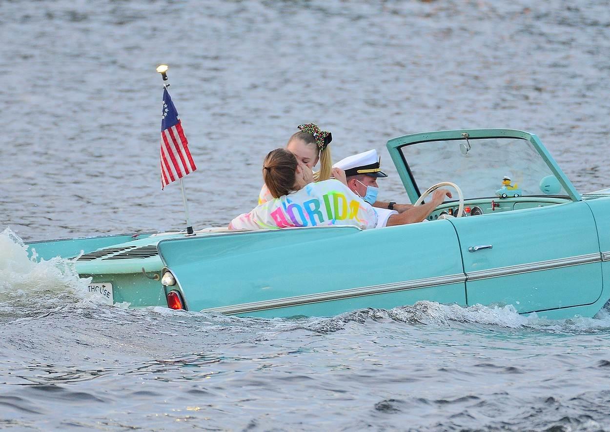 JoJo Siwa i Kylie Prew u čamcu